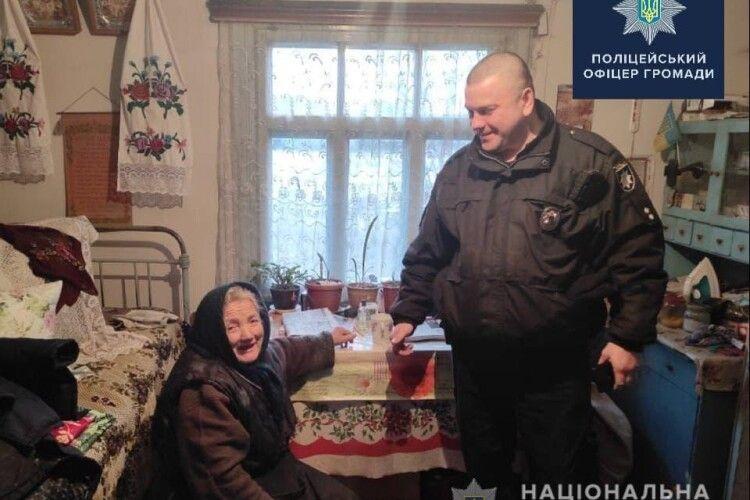 І дров нарубали, і телевізор придбали: в Устилузькій громаді поліцейські офіцери допомогли пенсіонерці