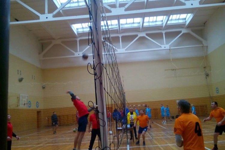 У Луцьку вчителі шкіл змагались на спортивному майданчику