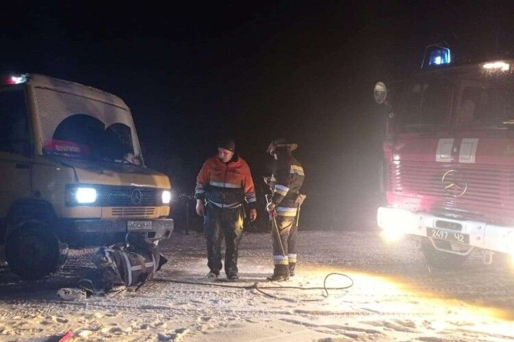 Волинські рятувальники витягують автомобілі із заметів