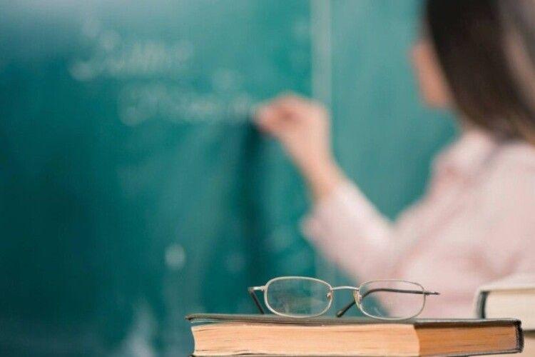 Кабмін відклав на рік збільшення зарплат учителям