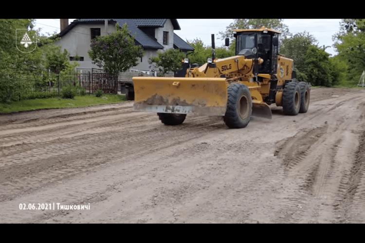У селах Нововолинської громади грейдерують дороги (Відео)