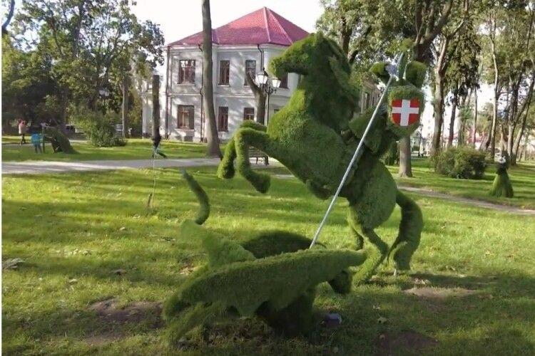 Князівна, сурмач, змієборець, скрипалі:  на Волині за пів мільйона гривень встановили  вічнозелені скульптури (ВІдео)