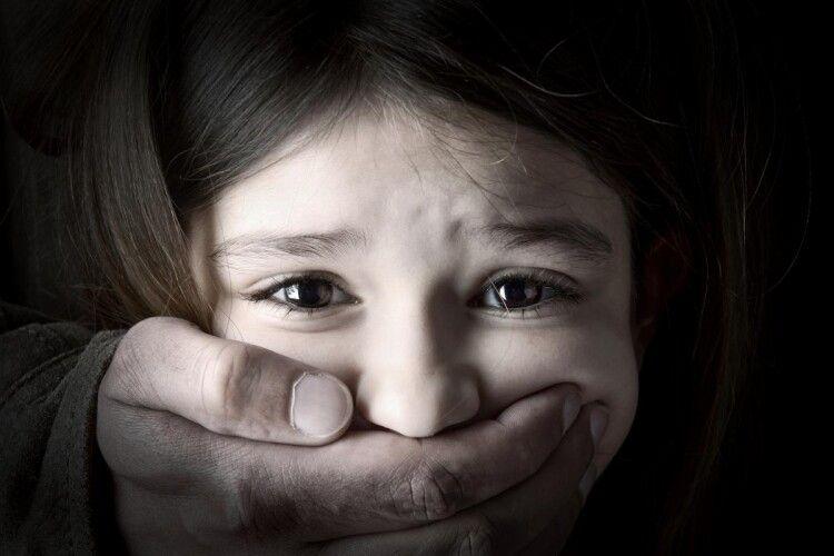 Під час перерви на восьмирічну школярку у вбиральні напав 50-літній розпусник-рецидивіст