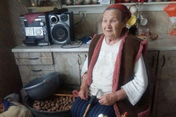 Пенсіонерка з Волині, дорогою до якої вночі застрягла в полі «швидка», лікується  з телевізора (Відео)