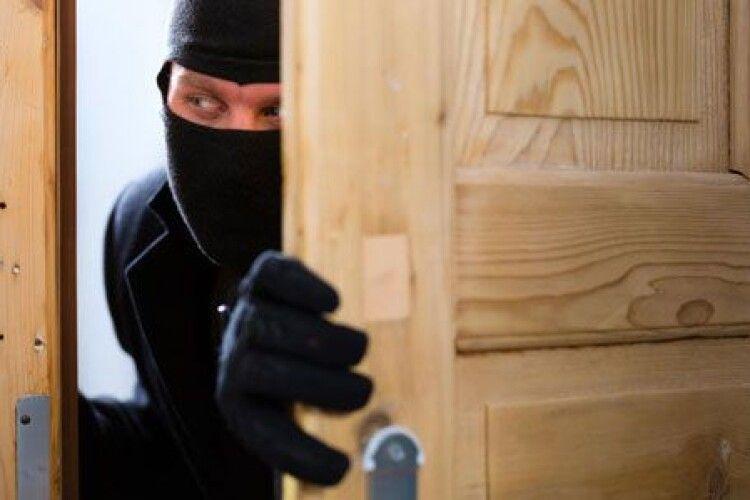 Винесли навіть дрова: на Горохівщині обкрадають хати-пустки