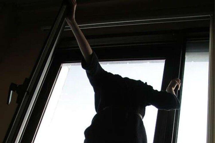 У Луцьку з вікна чотириповерхівки випала дівчина