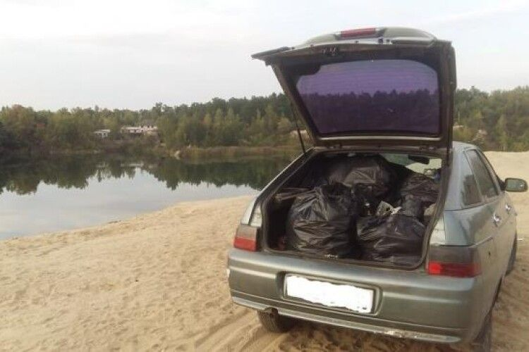 Хай відпочивальникам буде соромно: мешканець Рівненщини сам прибрав пляж на Базальтовому озері