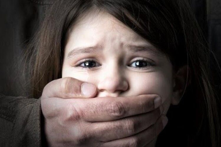 Винесли вирок батькам, які знімали чотирирічну дочку в порно