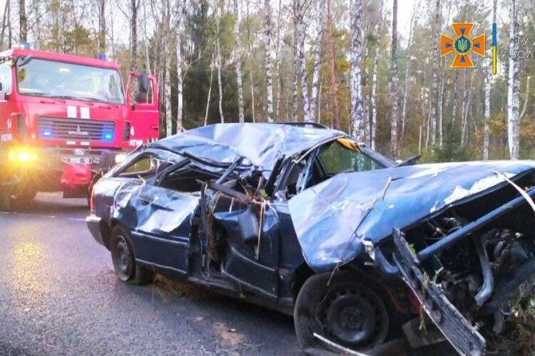 На Волині авто злетіло в кювет, пасажира затисло в машині