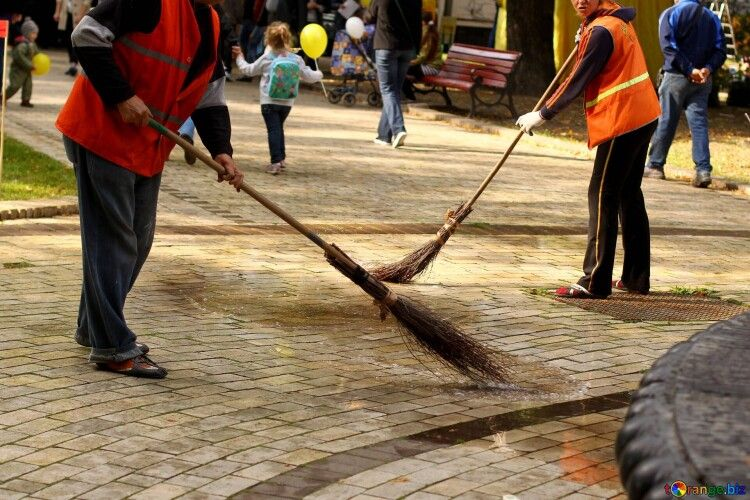 У місті на Волині незаконно витратили на прибирання вулиць 11,6 мільйонів гривень