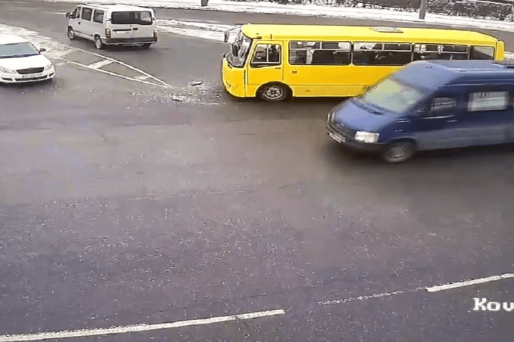 У Луцьку маршрутка зіткнулась з бусом: показали момент ДТП (Відео)