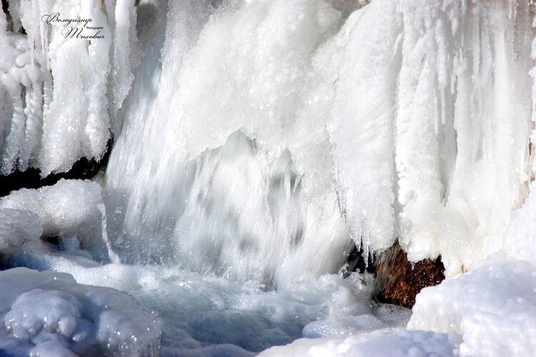 Замерз найбільший в Україні рівнинний водоспад (Фото)
