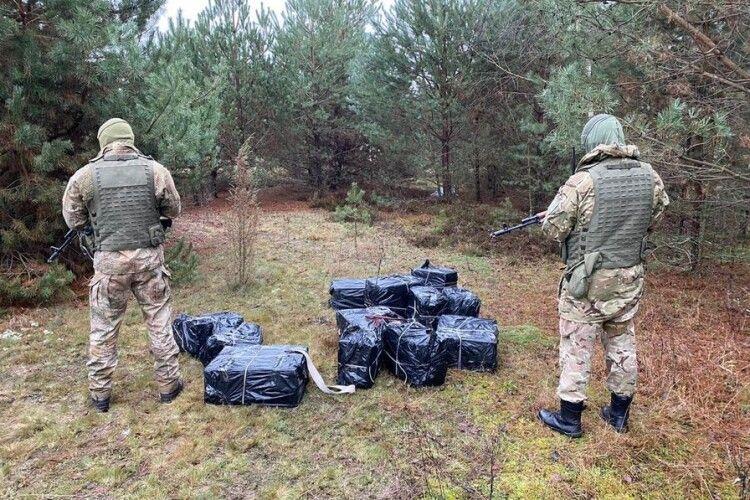 Біля волинського села шуганули чотирьох контрабандистів, які несли цигарки та медпрепарати
