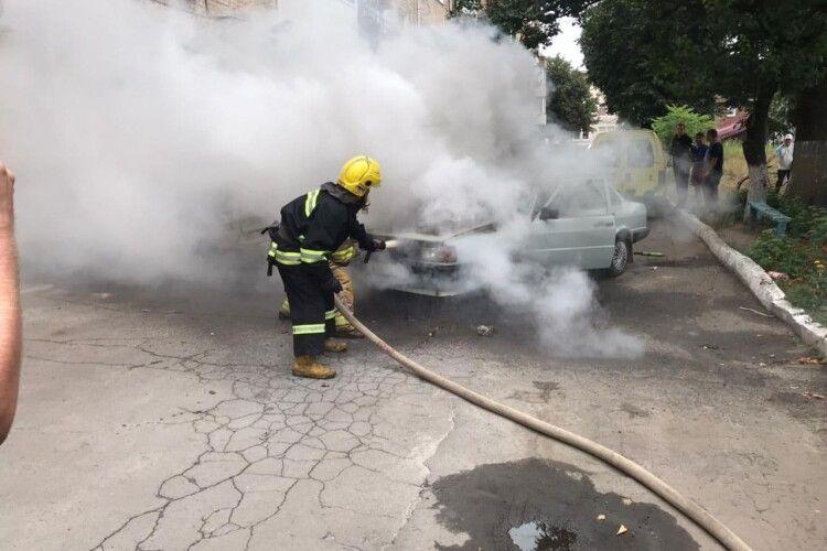 На Рівненщині під час руху загорілося авто