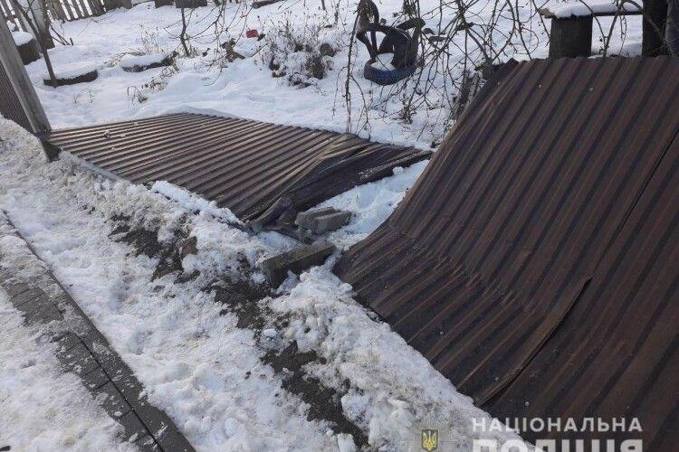 На Рівненщині добре «заправлений» водій «ВАЗ 21099» зніс паркан і дременув з місця ДТП (Фото)