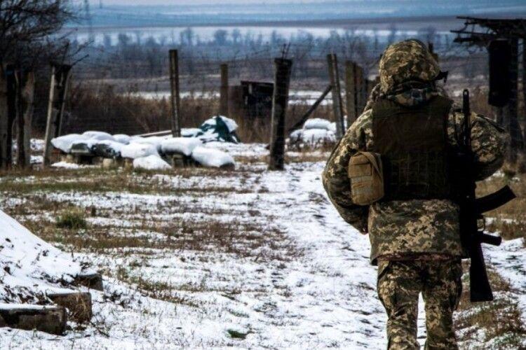 Ситуація загострилася: на фронті від ворожих обстрілів загинув боєць, ще одного поранено