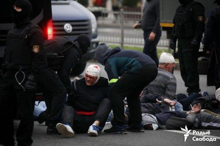 У Білорусі протестувальники б'ються з силовиками Лукашенка (Відео)