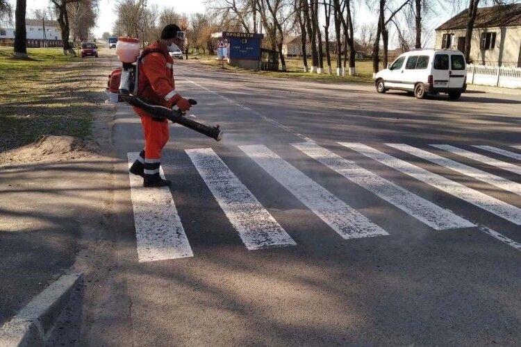 На Рівненщині знезаражують зупинки та пішохідні переходи