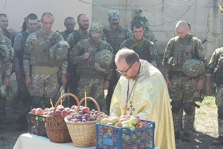 Волинські захисники, які боронять нашу землю на Сході, освятили яблука