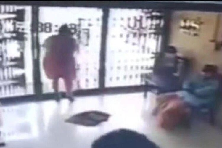 Жінка врізалася у скляні двері банку і загинула (Відео 18+)
