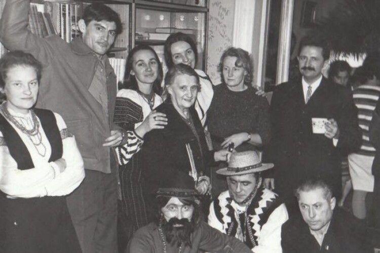 Різдвяні репресії: СБУ показало фото, на якому Василь Стус разом з іншими колядниками водять вертеп