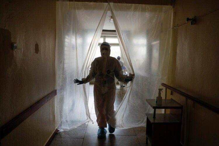 Куди не глянь – трупи: в одній з «ковідних» лікарень тіла мертвих по кілька годин лежать з живими (Фото)