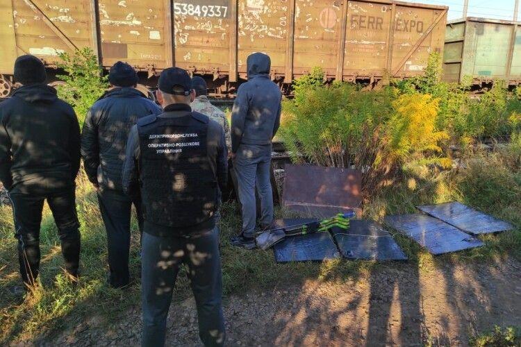 Волинські контрабандисти намагалися «довантажити» потяг з рудою сигаретами