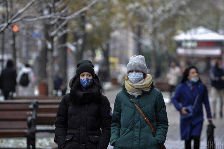 Локдаун в Україні потрібно запроваджувати найближчими днями, а в січні вже виходити з карантину, – експерт