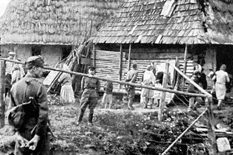 Священика у повному церковному облаченні поляки вивели з храму і закатували