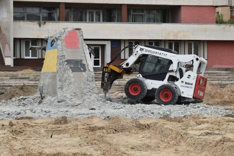 У Луцьку закінчують розбирати постамент під пам'ятник Бандері