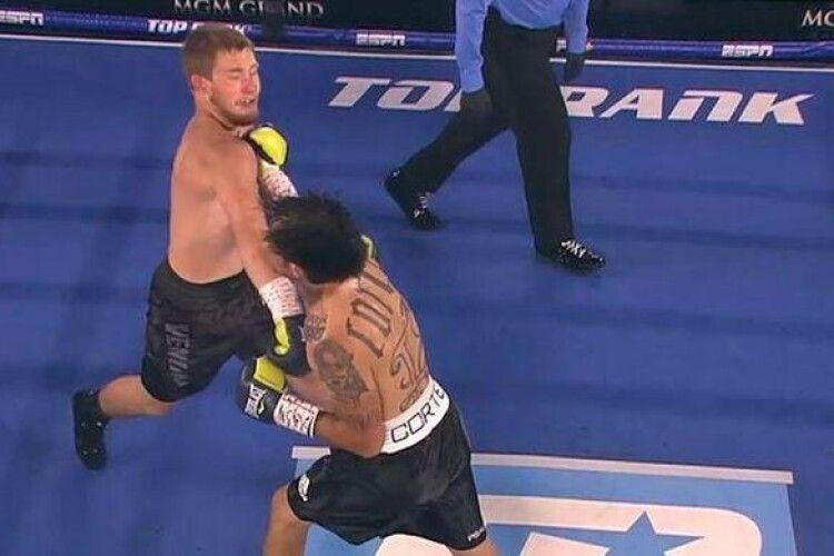 Під час бою боксери одночасно відправили один одного в нокдаун (Відео)