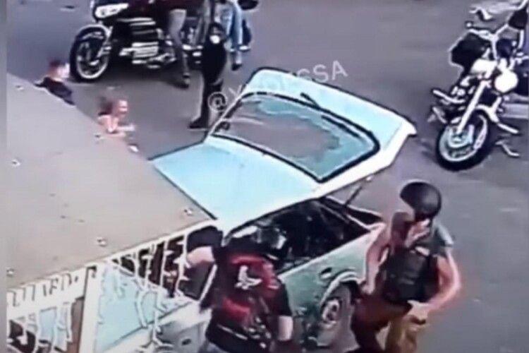 Тягали за волосся, розбили ланцюгами машину: байкери налетіли на молоду пару (Відео 18+)