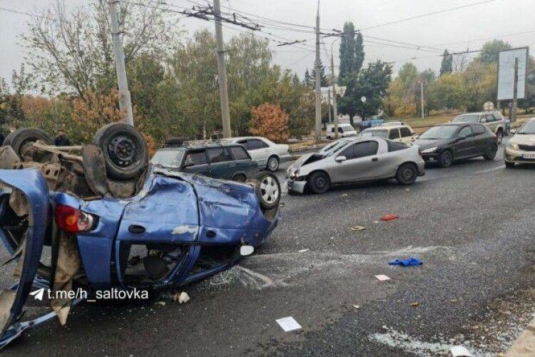 Водій вилетів через лобове скло: внаслідок зіткнення машина перекинулася тричі (Фото)