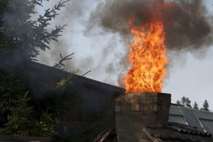 На Різдво рятувальники винесли немічну пенсіонерку із палаючого будинку