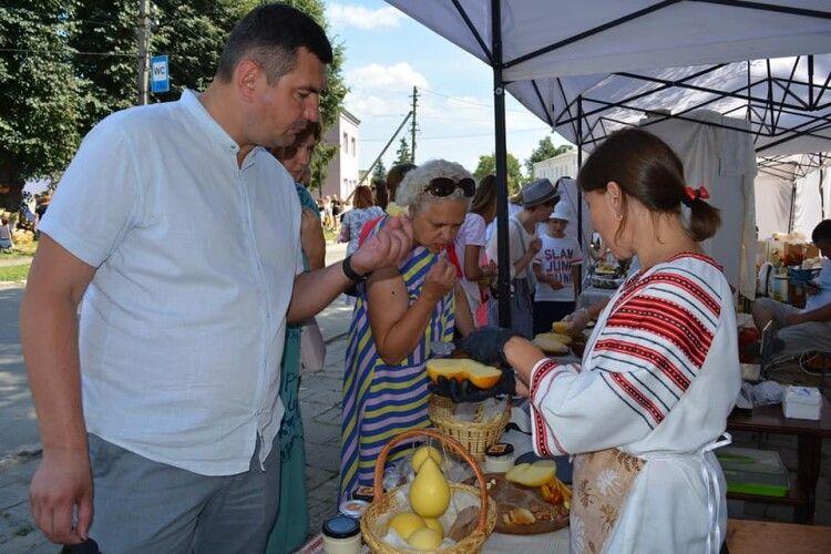 Навіть голова Волинської обласної ради Григорій Недопад активно поярмаркував у Торчині!