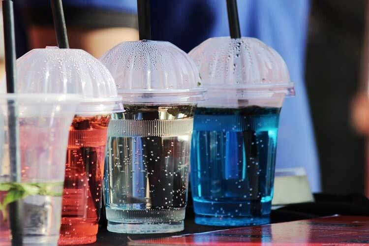 Сінгапур першим усвіті заборонить рекламу солодких напоїв