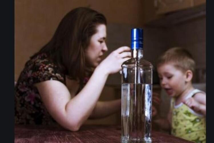 Українку можуть ув'язнити в Польщі, бо її 2-річний син розбив голову, поки вона пиячила