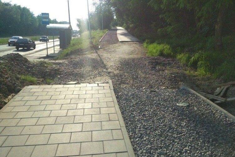 За рік з долини витягнули 5 авто: лучани просять зробити тротуар на їхній вулиці