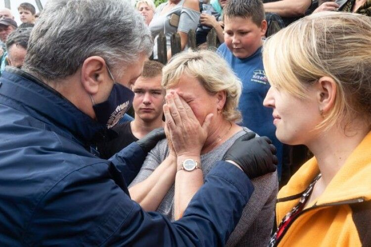 Петро Порошенко привіз на Прикарпаття допомогу постраждалим від повені