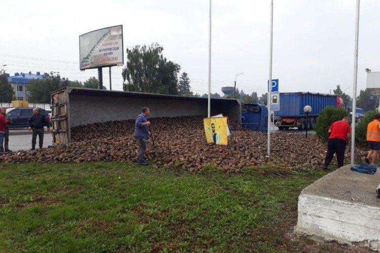 У Луцьку перекинулася вантажівка з цукровими буряками