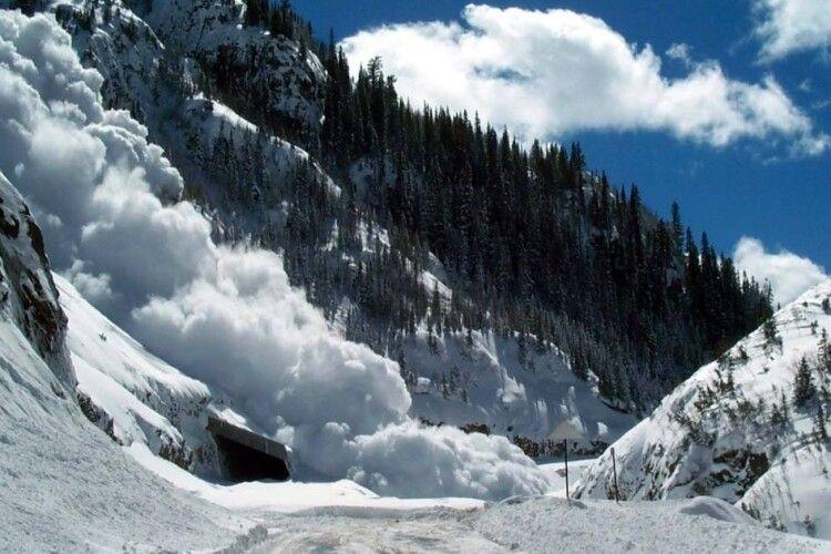 У Карпатах попередили про лавинну небезпеку: куди не можна ходити