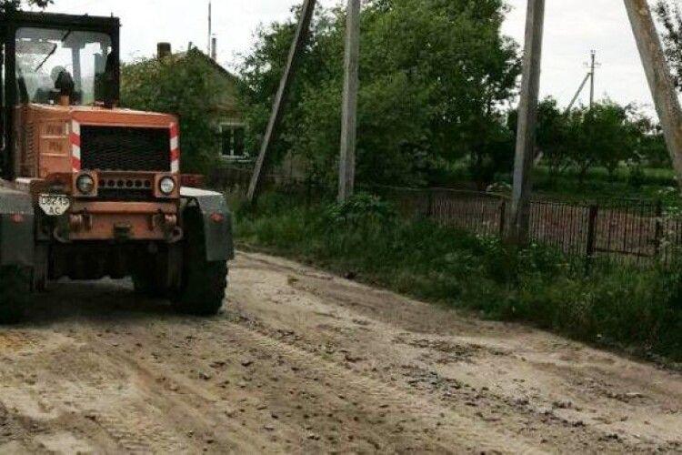 «Мусили, якщо держава не може»: як селяни на Волині за власні гроші лагодять дороги (Відео)
