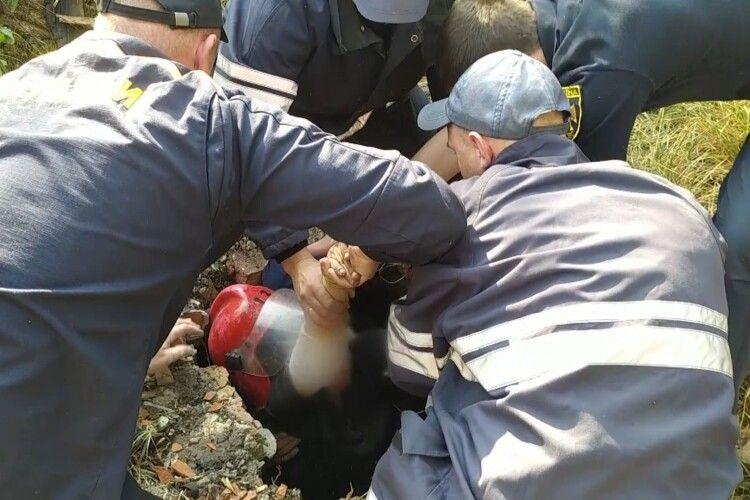 Бійцям ДСНС довелося рятувати жінку, яка впала у колодязь і зламала ногу (Фото)