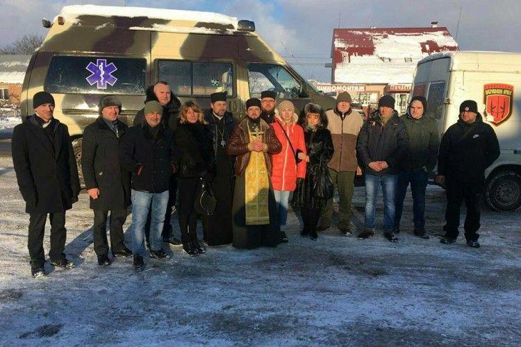 Луцькі капелани освятили відновлений медичний автомобіль для бійців АТО