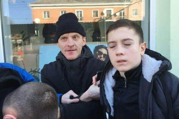 «Били зі спини»: показали фото молодиків, які у Луцьку напали на чоловіка за державну мову