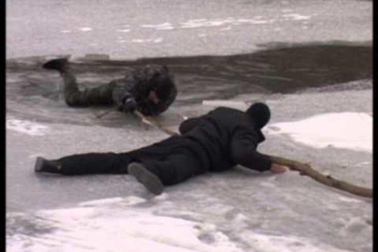 Рівненські патрульні врятували трьох рибалок, які провалилися під кригу на Басовому Куті