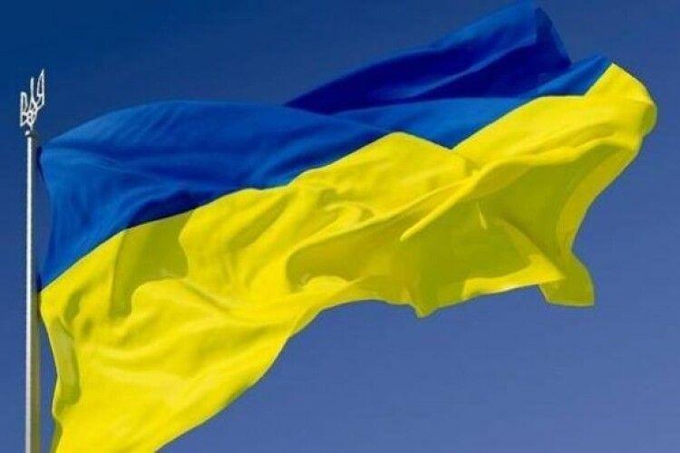 Вражає: на межі двох областей розгорнули найбільший в країні синьо-жовтий стяг (Відео)