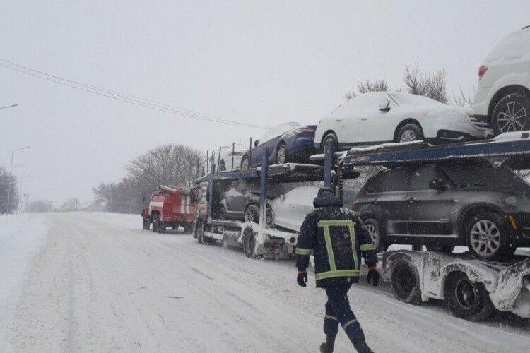 На Горохівщині загрузли в снігу три вантажівки та легковик (Фото)
