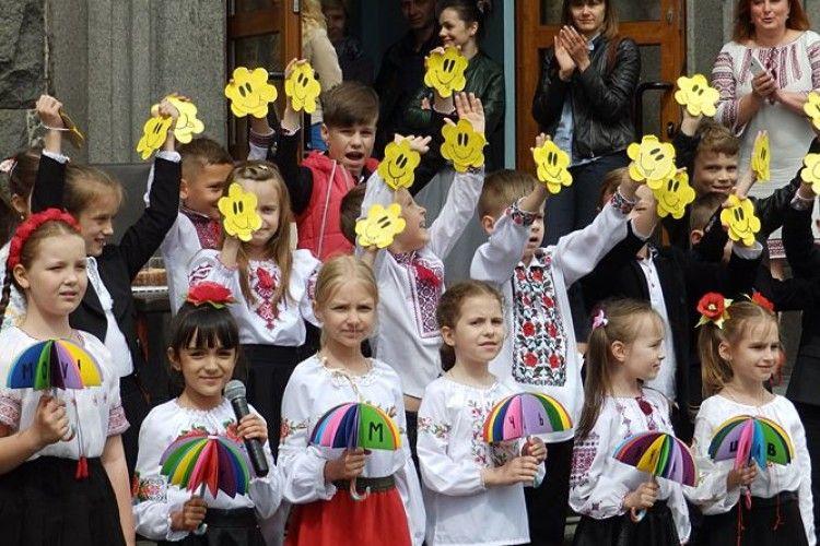 Перед головним корпусом СНУ імені Лесі Українки «ярмаркують» студенти (Фото, відео)