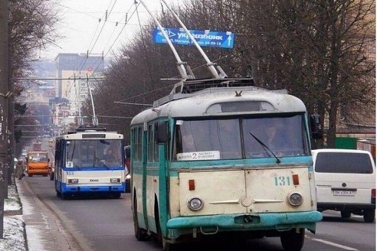 «Заєць» помітив у тролейбусі контролерів... і дременув від них через вікно